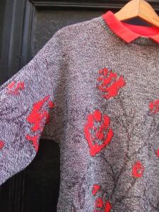pull fleurs rouges détail 2