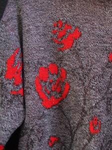 pull fleurs rouges détail