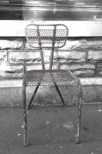 chaise metal perforé