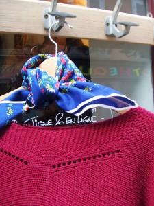 pull grenat et foulard