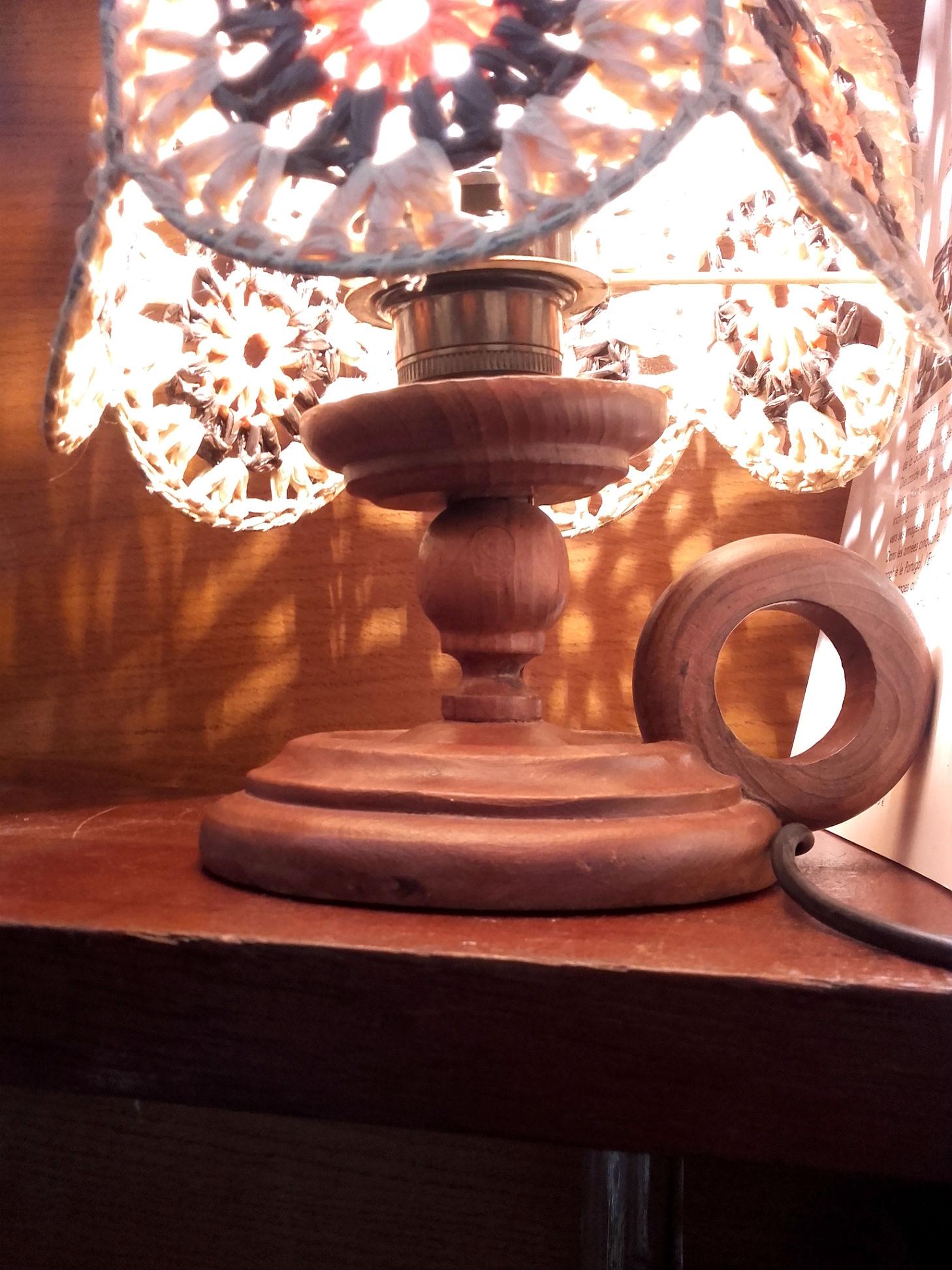 lampe de chevet abat jour au crochet quiche lorraine vintage. Black Bedroom Furniture Sets. Home Design Ideas