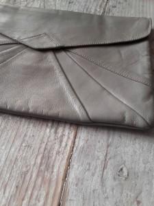 grande pochette en cuir gris