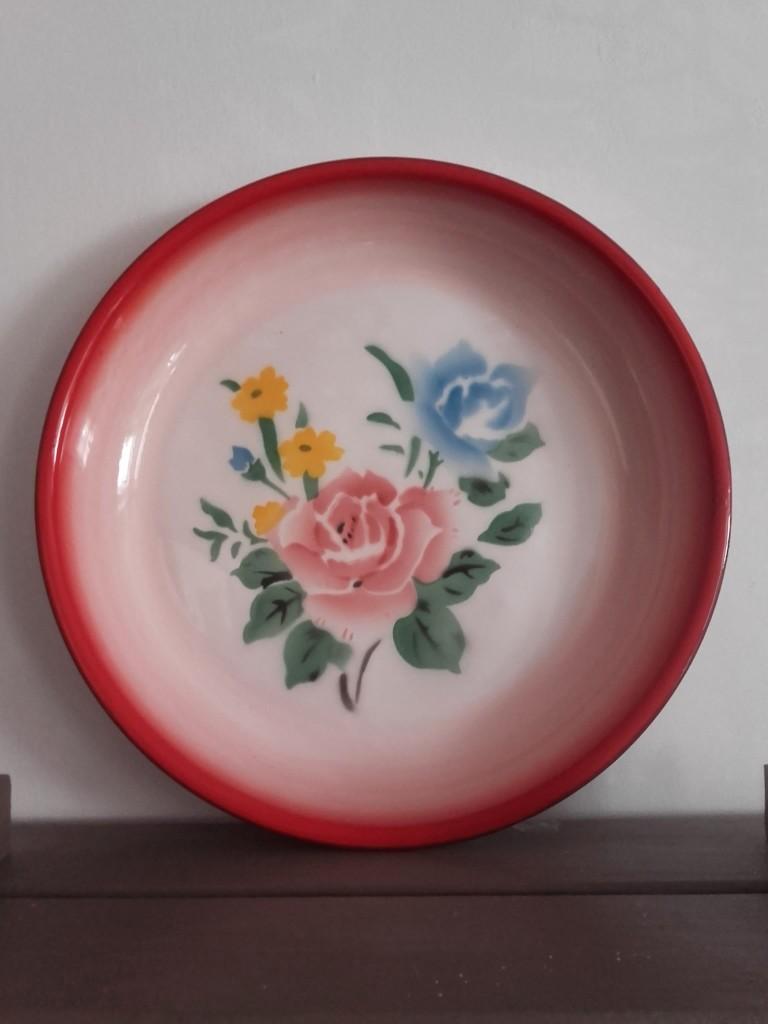 plat émaillé motif fleurs
